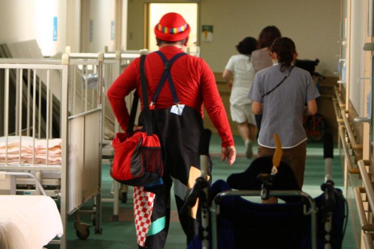 岐阜大学病院小児病棟にホスピタルクラウンが定期訪問