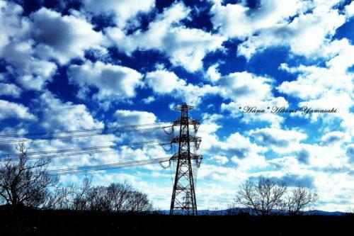 送電線と鉄塔と青空
